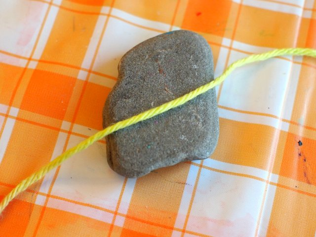 lovely yarn wrapped rocks to make with kids
