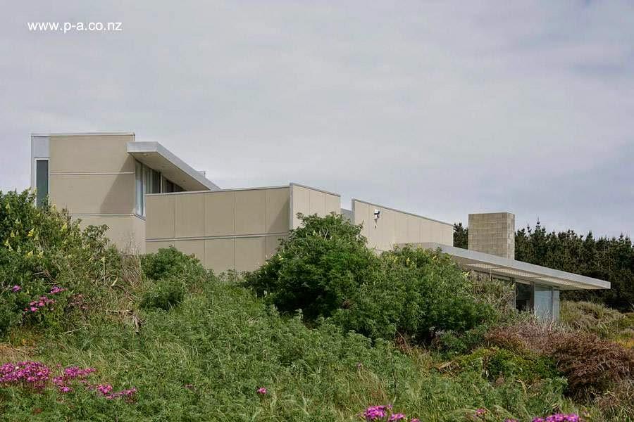Vista de la casa desde lo bajo de terreno entre la estructura y el mar