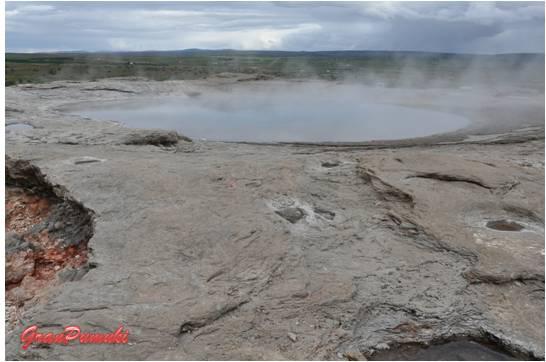 Crater del Gran Geysir por el que sale el vapor del agua caliente de su interior.