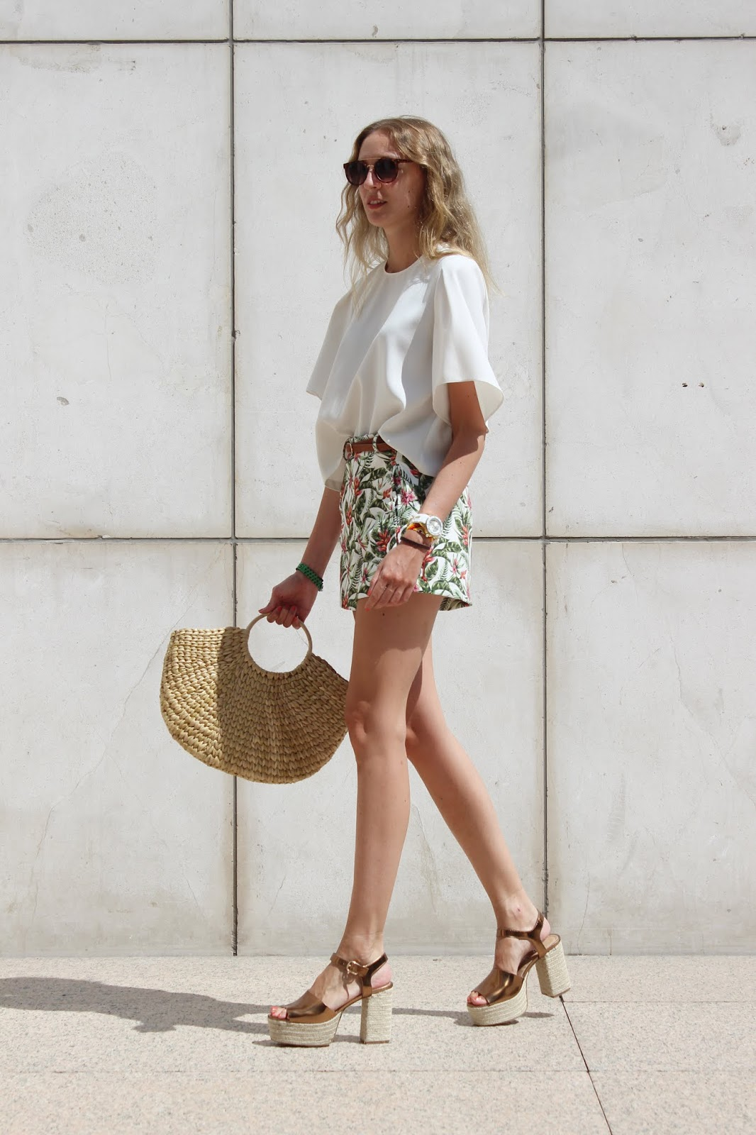 tropical-shorts-street-style-look-straw-bag-straw-heels