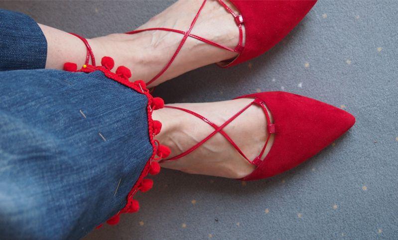 Cropped Flare Jeans mit Pompos im DIY - Lebensfreude pur.
