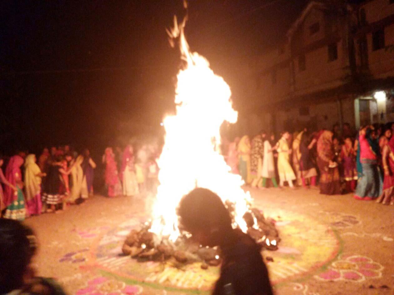 Rajput-Karni-sena-dry-Holi-राष्ट्रीय राजपूत करणी सेना द्वारा सूखे कंडों की जलाई गई होली