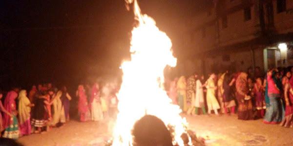 राष्ट्रीय राजपूत करणी सेना द्वारा सूखे कंडों की जलाई गई होली