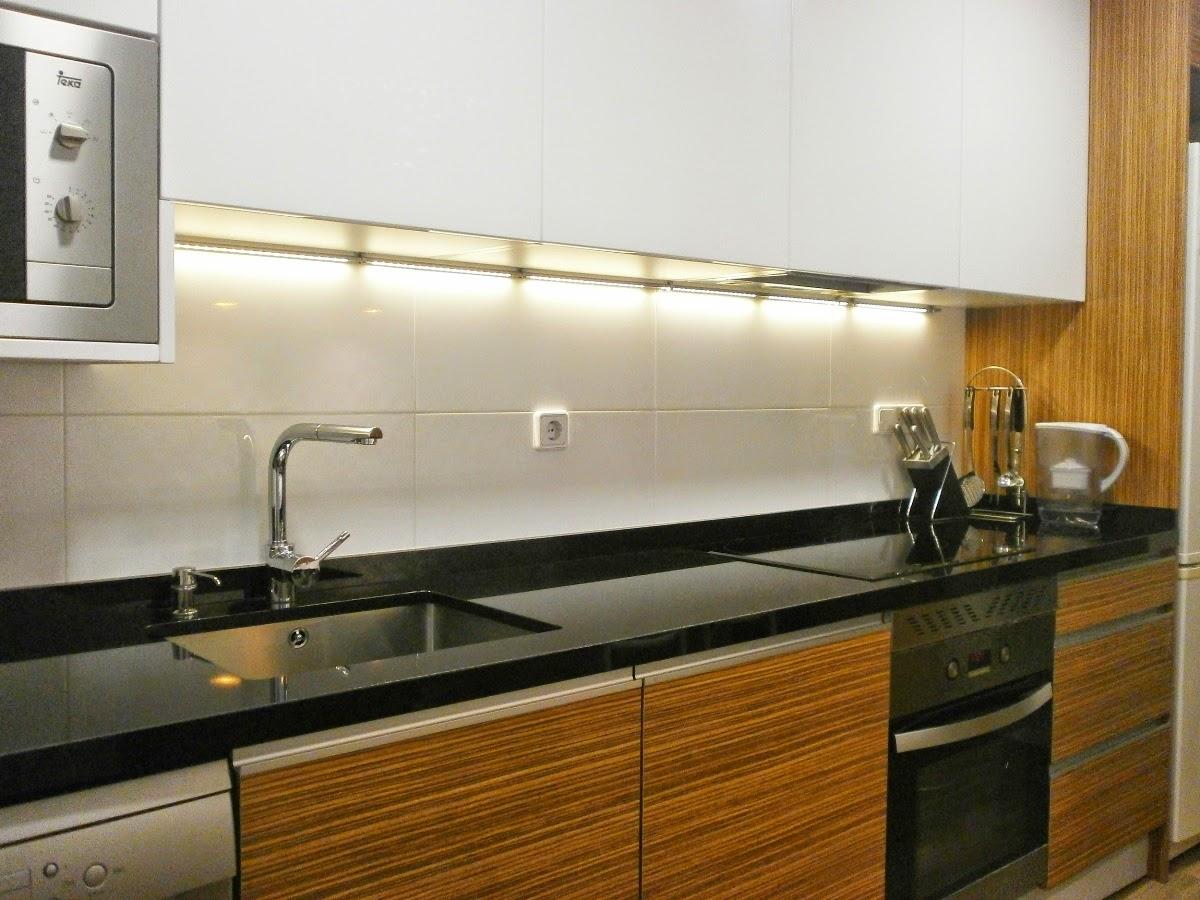 Elegancia y funcionalidad en una cocina peque a cocinas Cocina blanca encimera granito negra