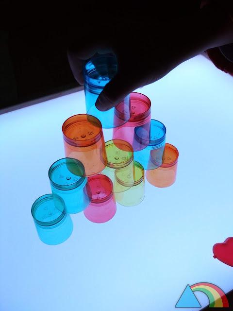 Construcción con vasos de chupito sobre mesa de luz