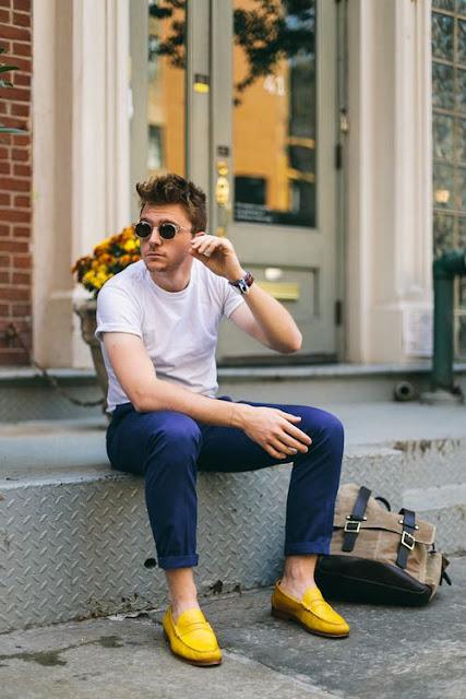 Look Masculino com Camiseta Branca Básica, Sapato Amarelo, Calça Azul