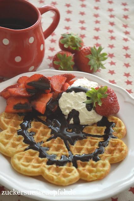 ein einfaches und schnelles waffelrezept mit erdbeeren sahne und selbst gemachter. Black Bedroom Furniture Sets. Home Design Ideas