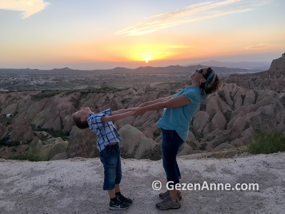 Kızılçukur'da güneşi batırırken, Ortahisar Kapadokya