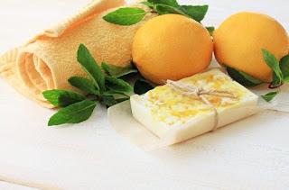 Savon de glycérine, de citron et de menthe pour la peau grasse