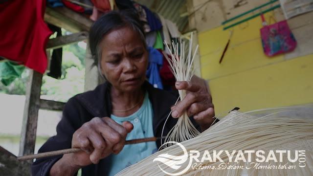 Luar Biasa! Ternyata Mama-mama Kece di Batuleleng, Mahir Membuat Topi dari Anyaman Bambu Loh