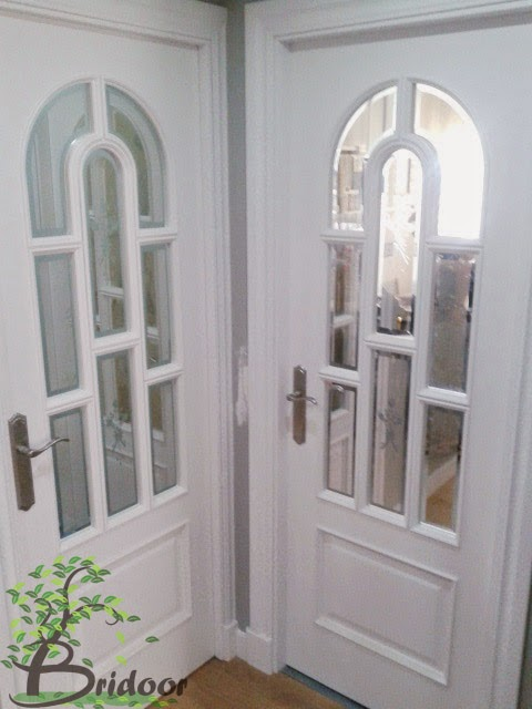 en las puertas de paso en los pasos a la cocina y al saln las puertas con vidrieras y una puerta fija se adaptan al diseo escogido por los clientes