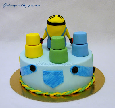 tarta con minion  y cubos apilables
