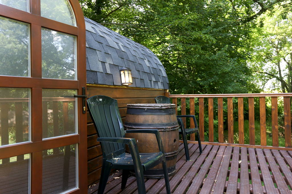 04-Airbnb-Barrel-Home-Architecture-in-an-Idyllic-Location-www-designstack-co