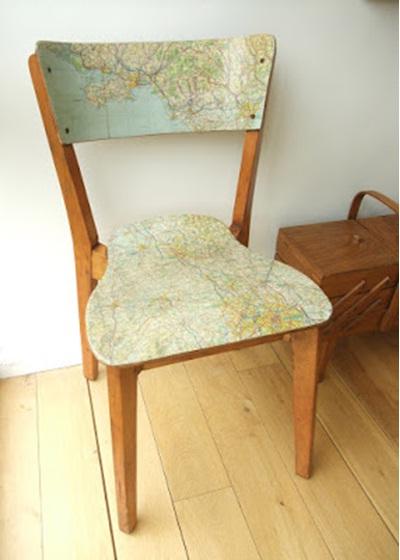 Lapisi kursi dengan peta, lalu cat bagian lain sesuai warna peta.