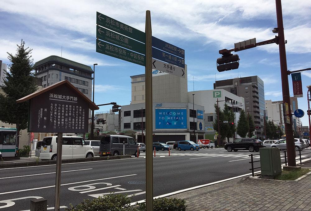 連尺交差点を少し北に入った辺りの浜松城大手門跡で写真では左手前は浜松城内となり交差点を左に行けば西方田町方面、奥の南方連尺方面に進めば五社諏訪神社が右手に建つ(2017年8月23日撮影)