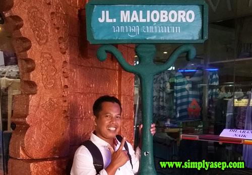 GAYA :  Sebagai bukti aja kalau saya memang benar benar berada di Mall Malioboro biar nda dibilang hoax.  Hahaha. Preet.  Foto  Rudi Maryati
