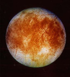 Estudos recentes sugerem que uma das luas de Júpiter, Europa, pode conter bactéria vermelha congelada. Isto fez com que os cientistas inferissem que a presença de bactéria indica que possa haver formas de vida mais evoluídas no local. Na foto, imagem da lua de Júpiter Europa, lançada pela Nasa em 12 de novembro de 1996