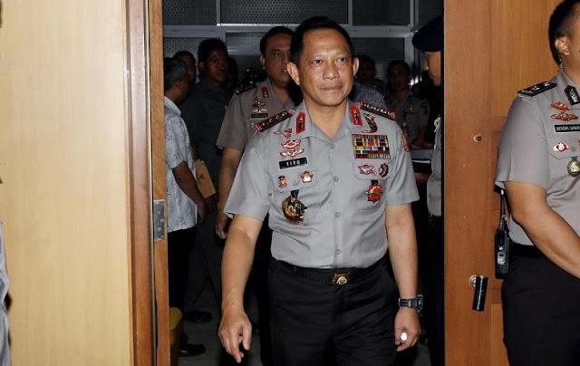 Kapolri Jendral Pol Tito Karnavian memberi sambutan saat acara penandatanganan di Kompleks Parlemens