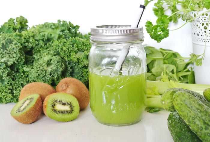 zielony sok z zielonych warzyw i owoców