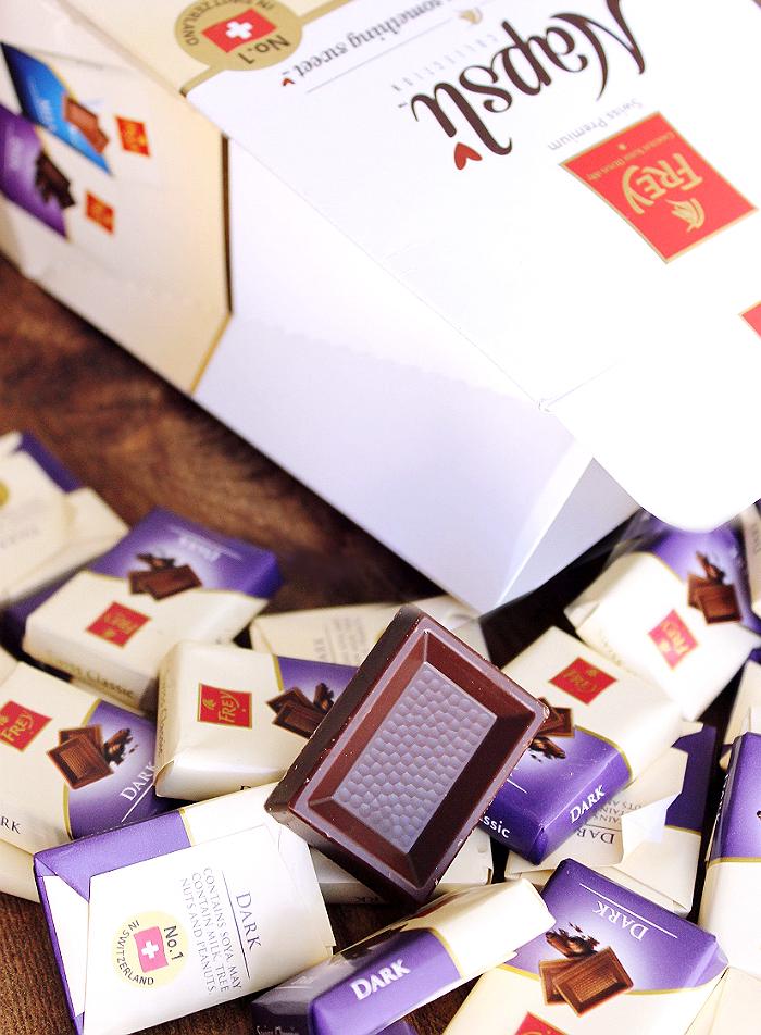 Chocolat by Frey® Napsli miniatures are individually wrapped bites of Swiss chocolate perfection, perfect for any gathering! #FreyHoliday #ChocolatFrey #AD