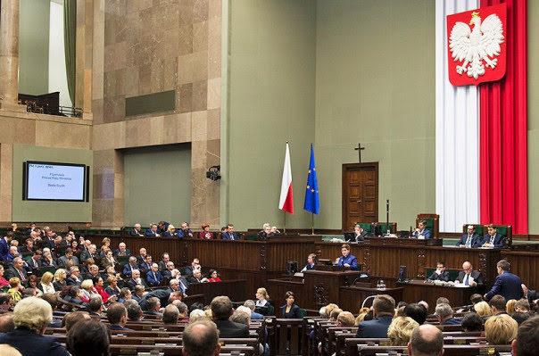 El parlamento polaco respalda la ley del Holocausto