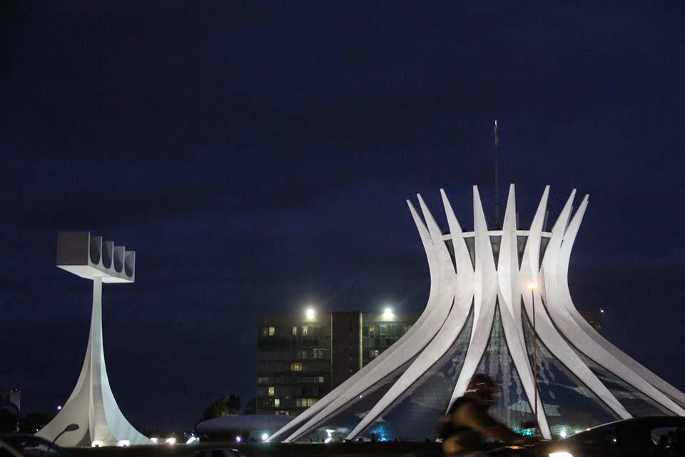 A foto mostra a Catedral de Brasilia a noite ela está bem iluminada para a festa de aniversário.