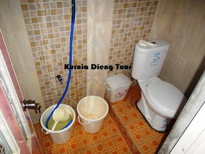 kamar mandi homestay ratu di dieng