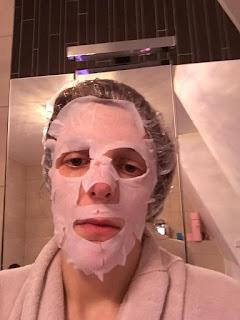 Masque tissu pour le visage IDC institute à lhuile d'olives pour tous les types de peaux  appliqué sur le visage