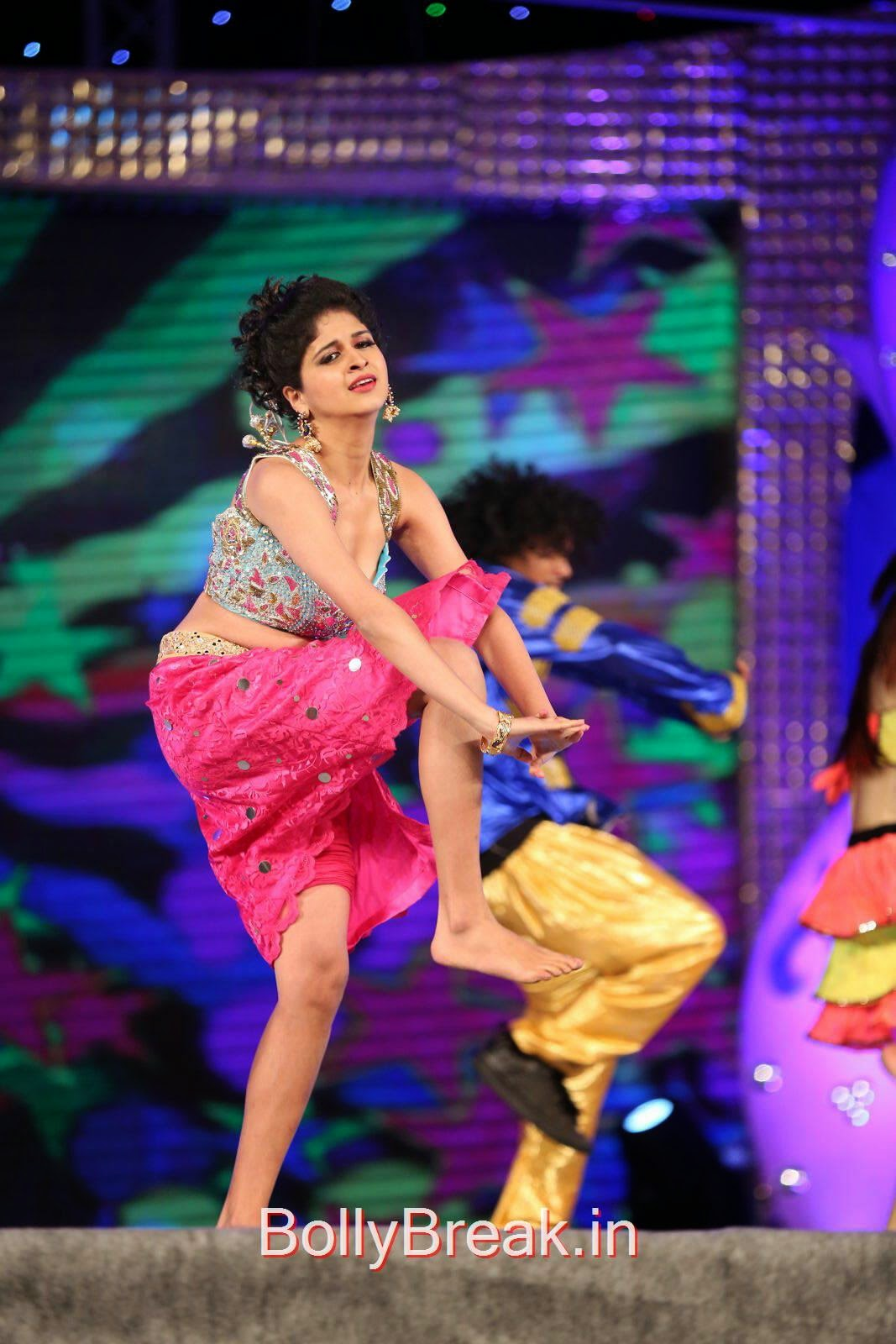 Heroines Dance Photos At Cinemaa Awards 2012: Actress Naveena Hot Dancing Stills From Gama Music Awards