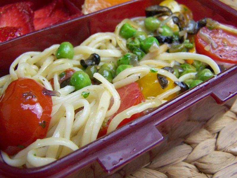 lecker bentos und mehr bento nr 532 vegetarische nudeln mit oliven und gr nen erbsen. Black Bedroom Furniture Sets. Home Design Ideas