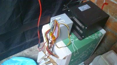 Conexión de los cables de la fuente de alimentación a los ventiladores