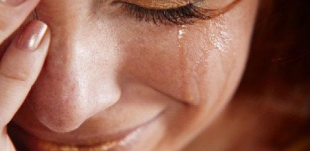 Mujer llorando la infidelidad de su esposo