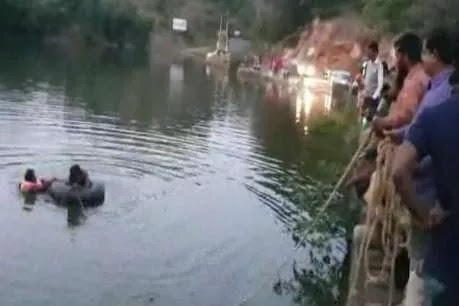 Family came to roam from Gujarat, drowned in pond with car, two bodies were removed-गुजरात से घूमने आया परिवार कार समेत तालाब में डूबा