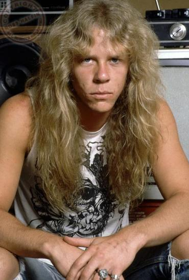 Foto de James Hetfield con cabello largo
