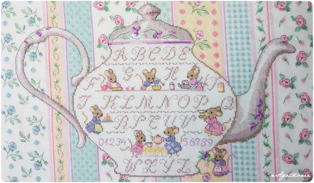 Veronique Enginger sampler alfabet haft krzyżykowy myszki imbryk