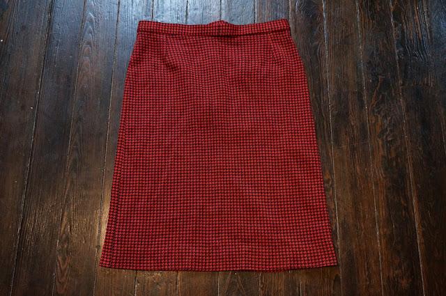 une jupe pied de poule rouge et noir  légèrement trapèze  red black houndstooth skirt