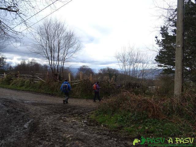 La pista por el Cordal, llega a un cruce donde nos vamos a la derecha.