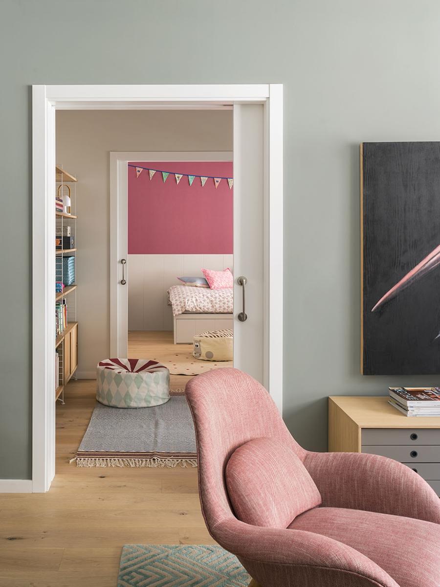 Drewno i kolory w pięknym mieszkaniu w Barcelonie, wystrój wnętrz, wnętrza, urządzanie mieszkania, dom, home decor, dekoracje, aranżacje, szarości, szary, grey, pudrowy róż, otwarta przestrzeń, drewno, gabinet, biurko, biuro, home office