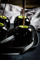 manzana negra para halloween