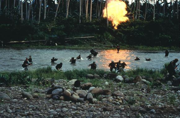 Un combate en el río al borde de la selva.