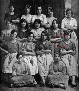 Una mano fantasma, en una foto tomada hace 116 años