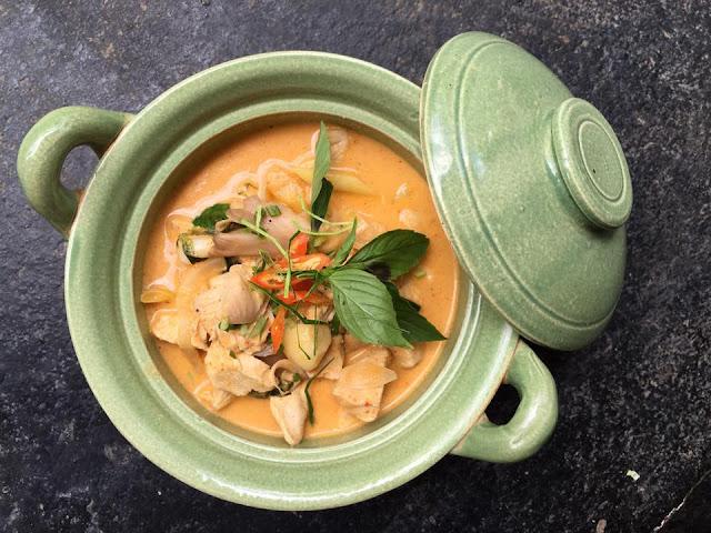 Ẩm thực của Lào có nhiều nét tương đồng với ẩm thực Thái. Lào cũng có món Lạp, cũng như người Thái cũng có món cà ri gà. Nhưng cà ri gà của người Lào ít ngọt hơn, vị mặn cũng ít hơn và mùi thơm của nước cốt dừa cũng đặc trưng hơn.