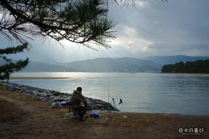 pêcheur solitaire sur la bande de sable, Amanohashidate, Kyoto