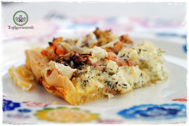ein Stück Räucherlachsquiche Räucherlachstarte mit Meerrettich und Ziegenkäse auf Teller - Foodblog Topfgartenwelt