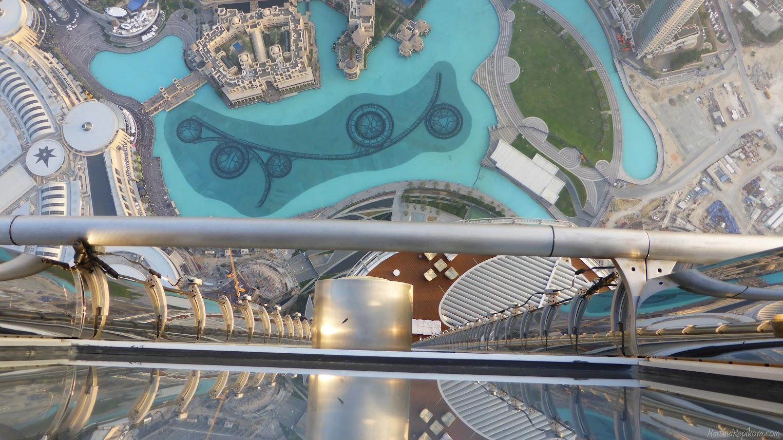 Burj Khalifa, pohľad dolu zo 148 poschodia