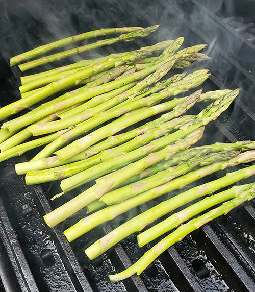 grilling asparagus on a big green egg using grillgrates.