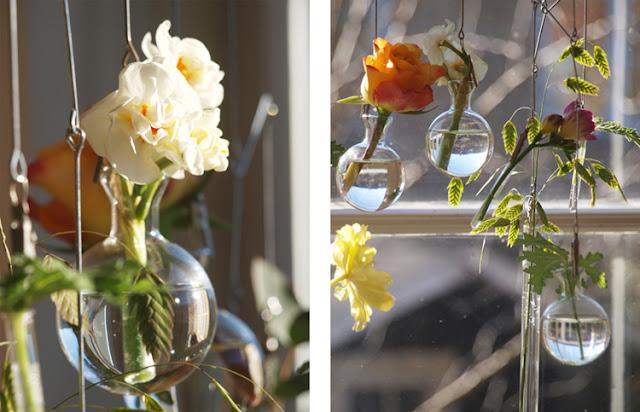 Mobile med blomster i vaser