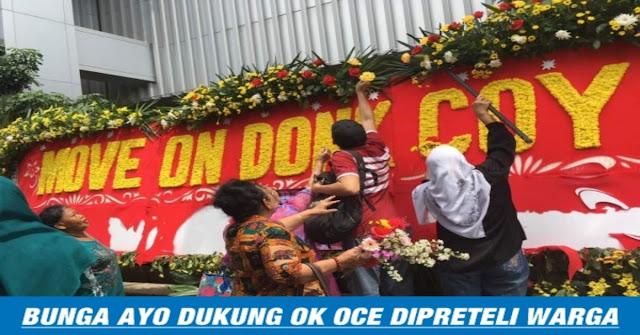 Ngakak, Bunga Papan OK-OCE Di Balai Kota Dipreteli Oleh Warga