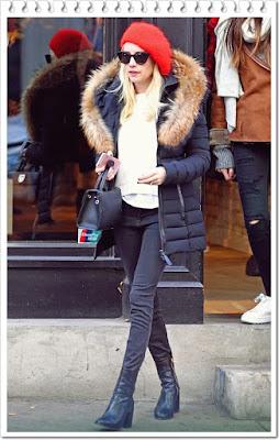 エマ・ロバーツ(Emma Roberts)は、ジェニファー・ベア(Jennifer Behr)のベレー帽、ワービーパーカー(Warby Parker)のサングラスとマッカージュ(Mackage)のダウンジャケット、そしてディオール(Dior)ハンドバッグ、ディアフランシス(Dear Frances)のブーツを 着用。