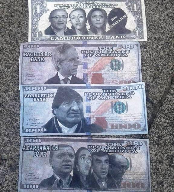 Algunos cortes de los billetes irónicos que los activistas lanzaron a la marcha del MAS